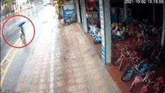 Thiếu nữ đi xe đạp điện bị xe ô tô tông trực diện văng lên vỉa hè