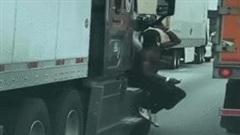 Hành động 'đi nhờ xe' của người đàn ông khiến người đi đường lạnh gáy