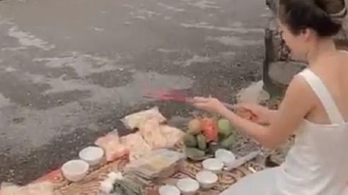 Xôn xao clip người phụ nữ mang vàng hương tới trước nhà 'con nợ' thắp hương cúng bái