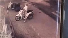 Trộm dùng chân bẻ khóa xe SH siêu nhanh