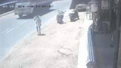 Xe tải mất lái lao vào vỉa hè, suýt tông trúng người đàn ông