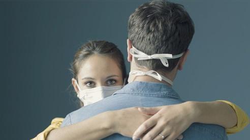 Có an toàn khi hai người đã tiêm vắc xin Covid-19 ôm hôn?