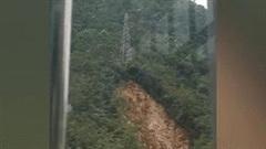 Khoảnh khắc sạt lở cuốn trôi cột điện cao thế trên đỉnh núi