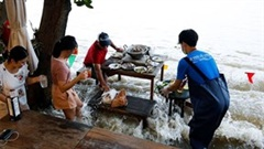 Nhà hàng đắt khách vì để thực khách ngồi ăn giữa dòng nước lũ dâng cao
