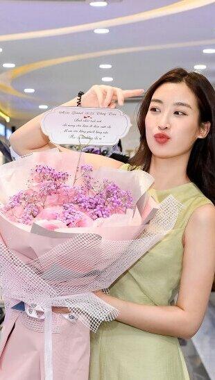 Đỗ Mỹ Linh đón sinh nhật tuổi 25 với siêu xe chở đầy hoa khiến ai cũng trầm trồ