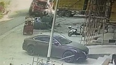 Khoảnh khắc xe tải mất lái lao như tên bắn vào nhà dân