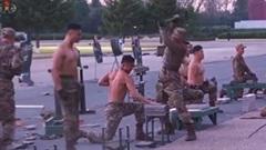 """Binh sĩ Triều Tiên """"mình đồng da sắt"""", khoe thân hình siêu chuẩn"""