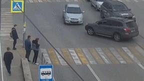 Khoảnh khắc người đi bộ thoát kịp ô tô bị tai nạn văng trúng