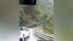 Khoảnh khắc ô tô vội lùi để tránh sườn núi bất ngờ bị sạt lở