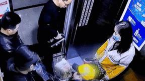 Pin phát nổ trong thang máy, người dân hoảng loạn tháo chạy