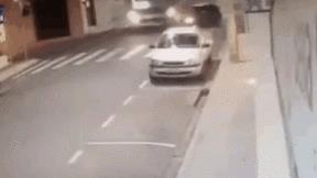 Khoảnh khắc đáng sợ bé 5 tuổi văng khỏi ô tô sau cú đâm xe buýt