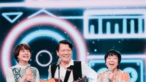Nhà báo Diễm Quỳnh hòa giọng cùng MC Thảo Vân trong Quán thanh xuân