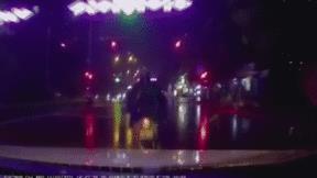 Ô tô tông bay người đi xe máy dừng đèn đỏ giữa trời mưa