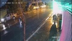 Tài xế ô tô vừa nghe điện thoại vừa sang đường gây họa cho xe máy