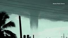 Vòi rồng hiếm gặp tạo cảnh tượng như người ngoài hành tinh tấn công ở Cuba