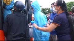 Ấm lòng các mạnh thường quân hỗ trợ người dân mắc kẹt ở TP.HCM trở về  quê