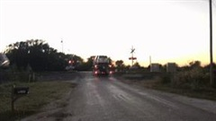 Mắc kẹt trên đường ray, xe tải chở ôtô bị tàu hỏa đâm nát vụn