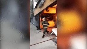 Anh lính cửu hỏa gây sốt khi vác bình gas cháy rực ra khỏi tòa nhà