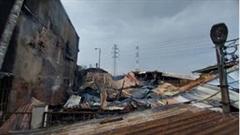 TP.HCM: Cháy lớn tại xưởng chế biến hải sản, 4 chiếc xe bị thiêu rụi