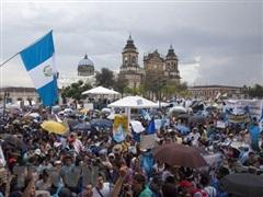 Nhiều người biểu tình quá khích tấn công trụ sở Quốc hội Guatemala