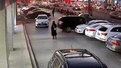 Nhầm chân ga, nữ tài xế lùi thẳng xe BMW vào cửa hàng điện thoại