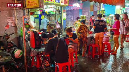 THP. HCM: Bất chấp lệnh cấm, nhiều bạn trẻ vẫn ngồi ăn uống vô tư tại chợ Hồ Thị Kỷ đêm 20/10