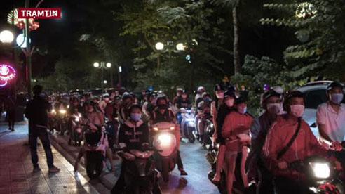 Hà Nội: Hồ Tây tắc cứng một đoạn đường dài vì dân tình xếp hàng chờ mua kem