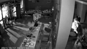 Đột nhập nhà hàng gặp ông chủ say mèm, 3 tên cướp bỏ chạy thục mạng