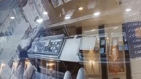 Vờ mua hàng, tên cướp giật hộp trang sức trên tay chủ cửa hàng rồi bỏ chạy