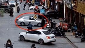 Giúp bạn đậu xe, ô tô lao thẳng vào cửa hàng khiến nữ nhân viên bỏ chạy