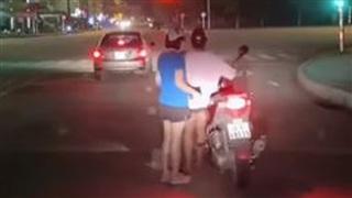 Chân ngắn lại đi xe SH, cô gái khiến dân mạng 'cười ra nước mắt' với màn 'hạ cánh' xuống xe khó nhọc