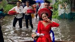 Clip: Cô dâu ngồi thuyền thúng về nhà chồng ngày mưa lũ, nụ cười rạng rỡ của đôi uyên ương hút hàng ngàn lời chúc phúc
