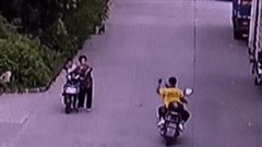Suýt va chạm giao thông, nam shipper nhặt đá ném người phụ nữ