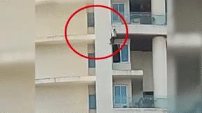 Cố chạy thoát khỏi đám cháy, người đàn ông rơi từ tầng 19 xuống đất
