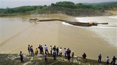 NÓNG: Giải cứu 1 Phó GĐ Sở cùng 6 người gặp nạn giữa sông Thạch Hãn