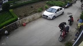Thanh niên trộm IC xe tay ga trong 'tích tắc'