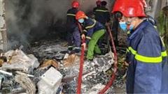 Kho chứa hàng 300 m2 cháy lớn, lan sang nhà dân