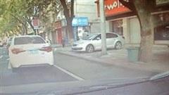 Nam thanh niên đi xe máy ném rác 'trả lại' tài xế ô tô