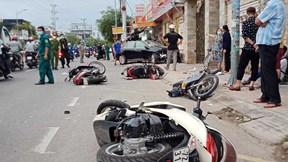 Khoảnh khắc ô tô hất tung hàng loạt xe máy khiến nhiều người bị thương
