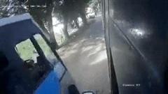 Cố vượt, xe máy mắc kẹt giữa 2 xe buýt, cả gia đình may mắn thoát chết