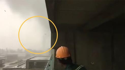 Cảnh quay ghi lại lốc xoáy cao cả trăm mét cuốn văng tôn lên trời ở Đà Nẵng