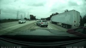 Chuyển làn đột ngột trên cao tốc, tài xế nhận được bài học nhớ đời
