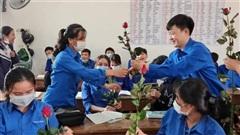 Thầy và trò trường người ta: Đến từng lớp tặng cô giáo và nữ sinh hoa hồng đỏ thắm nhân ngày 8/3