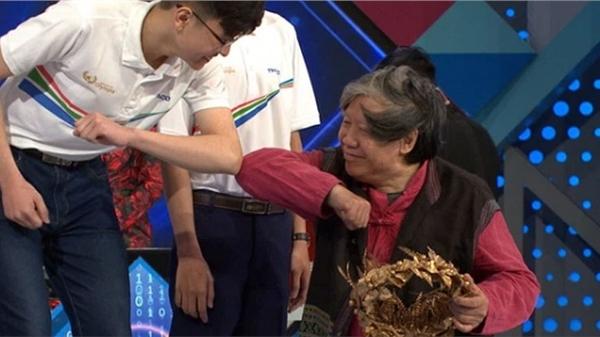 Khoảnh khắc nam sinh chuyên Ngữ hích cùi chỏ cùng nhà sử học Lê Văn Lan để mừng chiến thắng gây tranh cãi