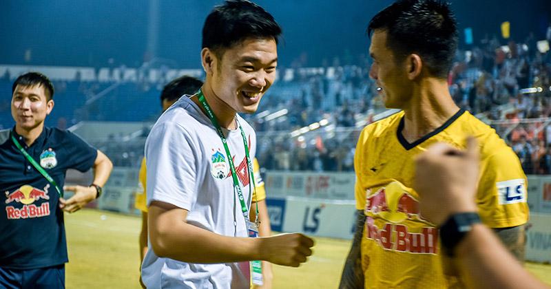 Lương Xuân Trường chạy vội xuống sân mừng đồng đội chiến thắng, được thầy Kiatisuk 'chúc mừng đám hỏi'