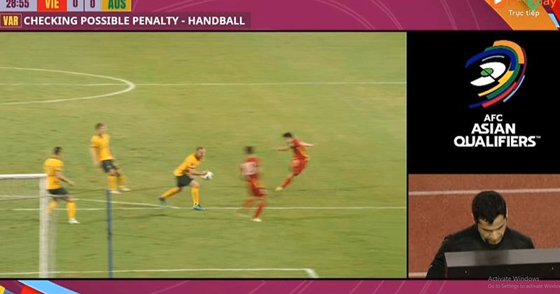 Clip: Tình huống bóng chạm tay cầu thủ Australia, trọng tài xem rất kĩ VAR nhưng không cho ĐT Việt Nam hưởng đá phạt
