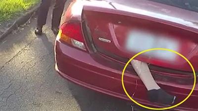 Clip: Dừng khẩn cấp xe ô tô để lộ chiếc chân người thò ra lủng lẳng từ cốp xe khiến tất cả sợ hãi
