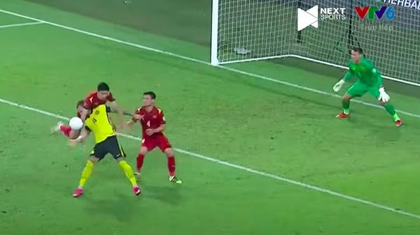 Clip: Cận cảnh pha phạm lỗi của Văn Hậu với cầu thủ Malaysia giúp đội bạn hưởng 1 quả penalty