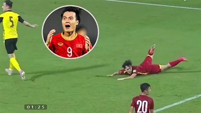 Văn Toàn khẳng định đã bị cầu thủ Malaysia phạm lỗi nguy hiểm: 'Nó đạp em rồi, muốn rách cả giày'