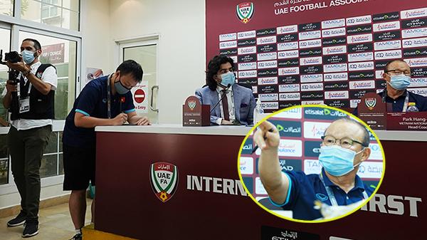 HLV Park gay gắt khi phát hiện phóng viên UAE có ý định quay lén tờ ghi chú chiến thuật đặc biệt
